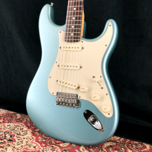 2005 Fender Deluxe American Vintage Player '62 RI Stratocaster Ice Blue Metallic