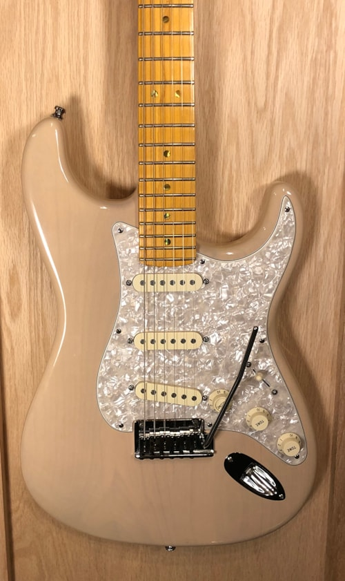 2008 fender american deluxe stratocaster v neck honey blonde guitars electric solid body. Black Bedroom Furniture Sets. Home Design Ideas
